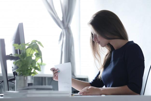 Mulher trabalhando em regime home office.